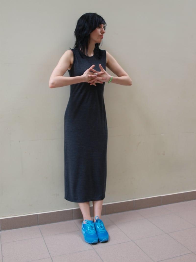 szara sukienka maxi i niebieskie reeboki, neonowa bransoletka diy