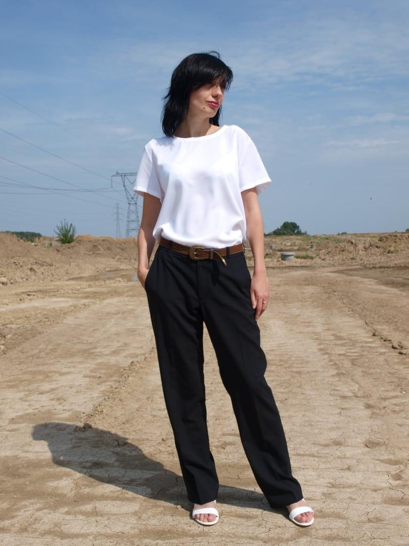 c8f04210b9 Biała bluzka i czarne spodnie