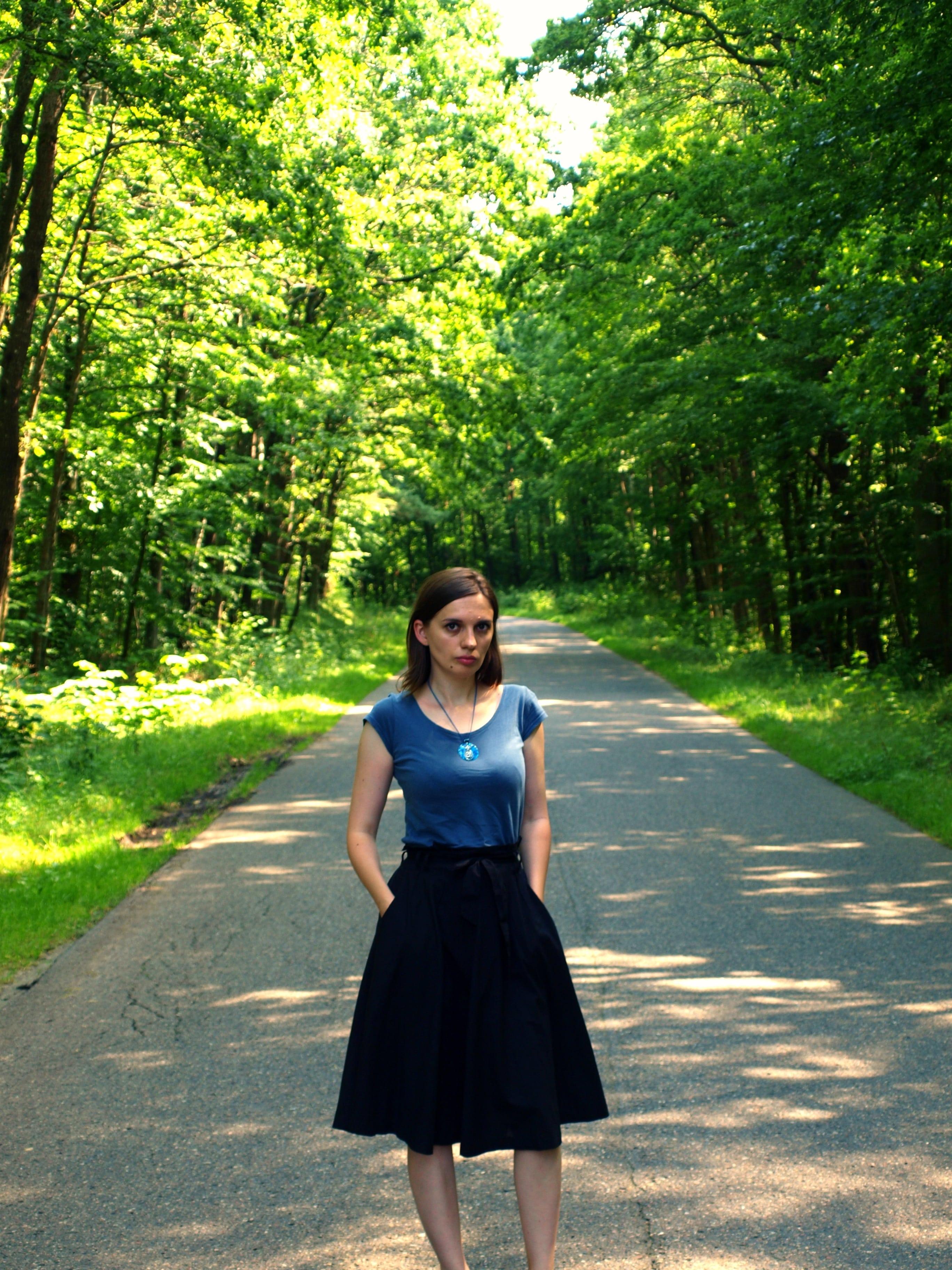 niebieska koszulka i czarna spódnica
