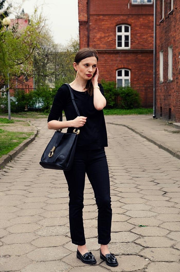 czarny strój złote dodatki
