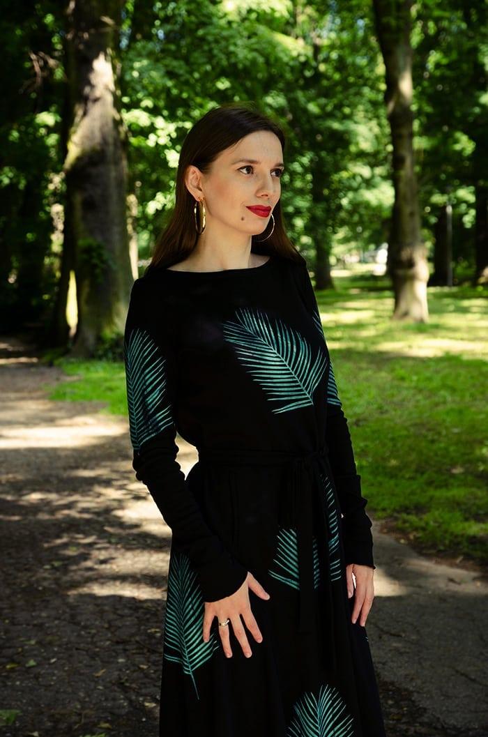 złote kolczyki czarna sukienka