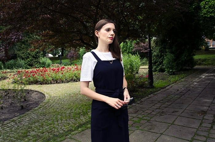 biała koszulka pod sukienką
