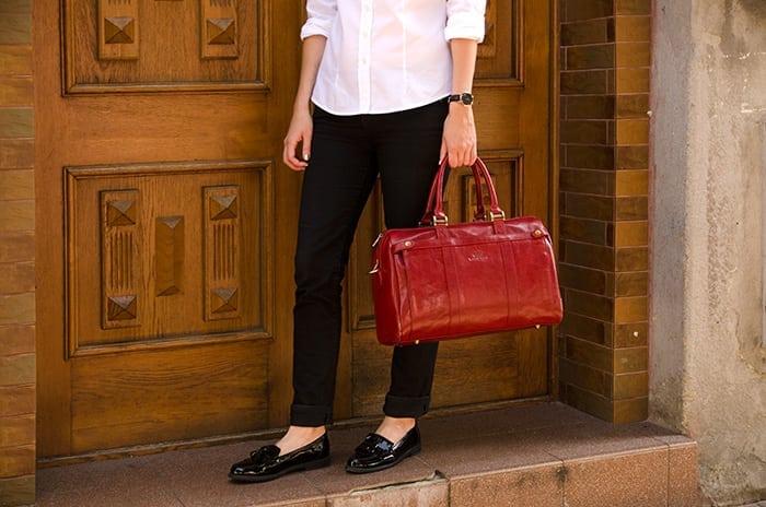 czerwona skórzana torba