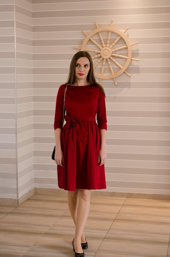 czerwona sukienka z kokarda