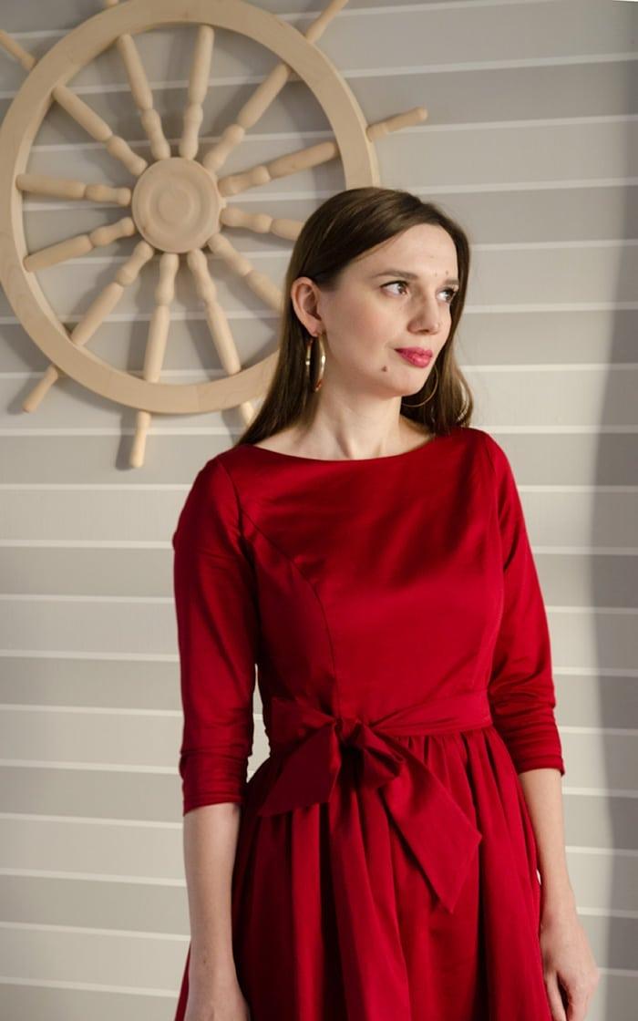 zlote kolczyki czerwona sukienka