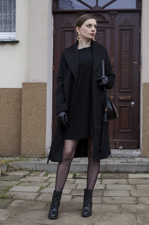 czarna mini sukienka czarne botki