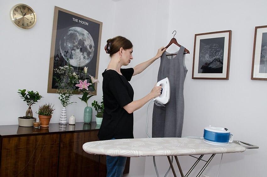 welniana sukienka - prasowanie w pozycji pionowej